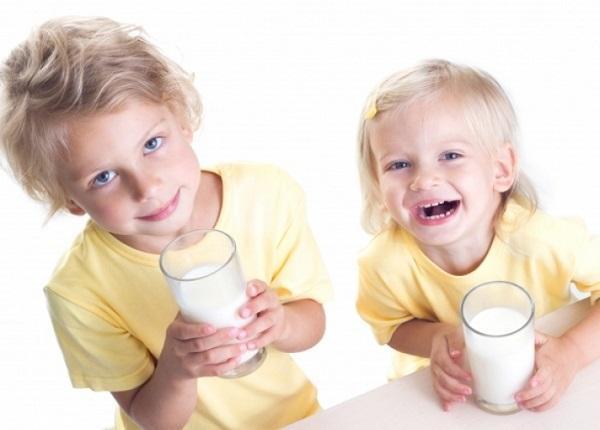 اهمیت نوشیدن شیر در سنین کودکی